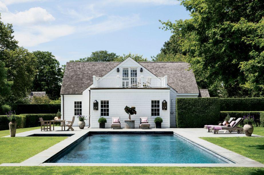"""Esta casa é a versão restaurada de uma construção do século 19, em Bridgehampton, Nova York. Perto da piscina, fica um jardim de vegetais e ervas. A regra da casa? """"O que eles plantam, eles comem"""", diz a mãe sobre suas duas filhas, que também podem vender seus produtos se quiserem."""