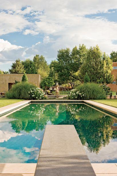Esta piscina é um verdadeiro oásis em meio ao calor do Novo México. A exuberante vegetação ao redor e a sua coloração sépia-turquesa sugere uma influência marroquina. O trampolim oferece o local perfeito para admirar as estruturas arquitetônicas em tons de terra, como uma fonte de querubim inspirada nos clássicos jardins europeus.