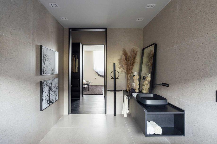 Casa Vintecinco - Juarez Cruz. CASACOR Rio Grande do Sul 2019. Para se adaptar às constantes mutações e evoluções do dia-a-dia, o ambiente se equilibra na força das linhas simples e na dualidade das cores. O banheiro associa o preto a um tom de areia neutro, contribuindo para seu aspecto limpo e atemporal.