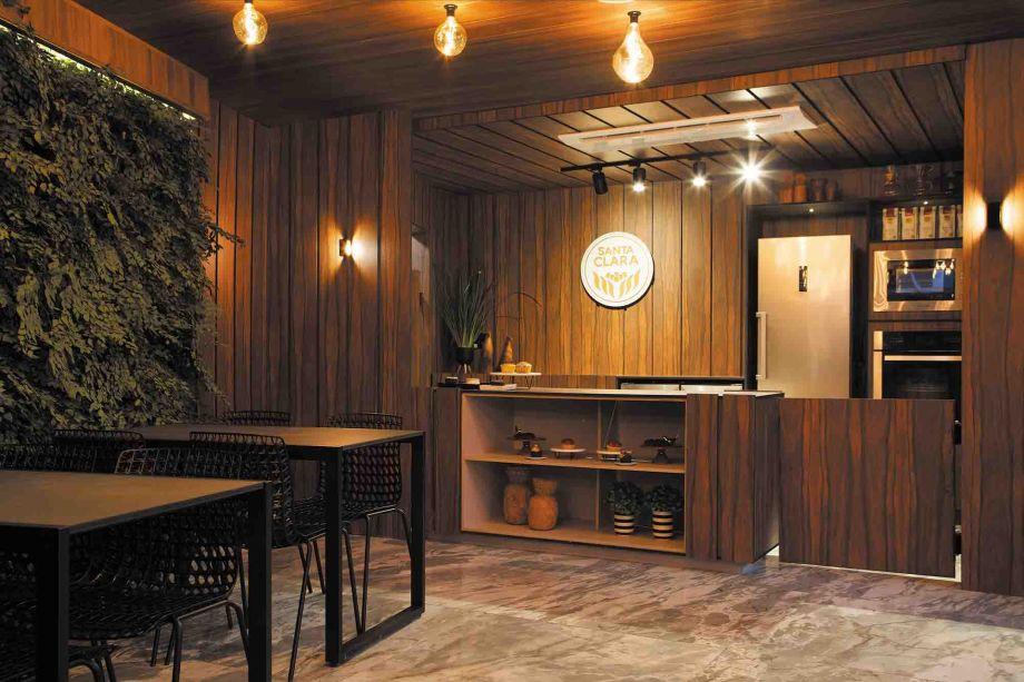 CASACOR Pernambuco. Café Santa Clara - Sandra Bione Arquitetura. O café promove uma experiência, em que os visitantes possam tirar um tempo para apreciar os sabores e aproveitar o momento. São 40 m² de sustentabilidade e valorização do bem receber, que ainda contam com obras da artista plástica Anna Guerra.