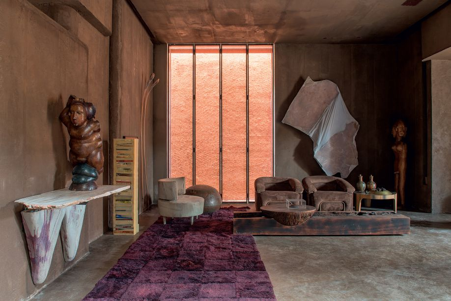 CASACOR São Paulo. Casa Sumê | Espaço Conectado LG - Gustavo Neves. O arquiteto é conhecido por seu estilo cru, visceral, que utiliza materiais como palha, couro e pedras. A atmosfera bruta é sem dúvidas rústica, mas de uma forma inesperada.