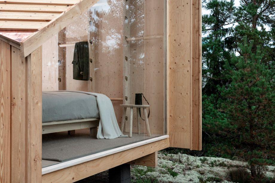 A estrutura em madeira pré-fabricada minimiza os danos ao local de sua instalação e, por medir cerca de 10 m², é garantido que ela poderá ser transportada e erguida em locais remotos com facilidade.