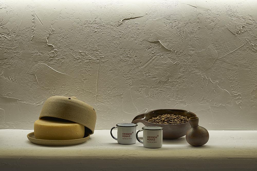 Detalhe da bancada com xícaras de café e queijo