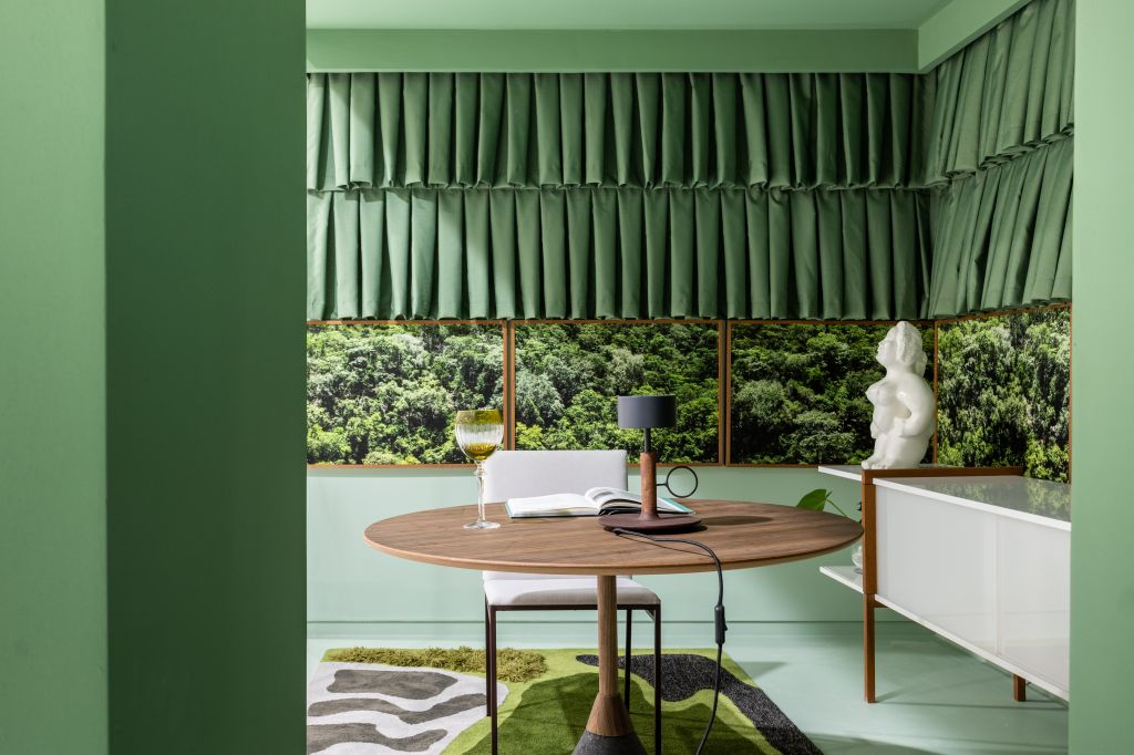 Destaque para a mesa de madeira e o verde no ambiente de Luciana Paraíso para o Janelas CASACOR Bahia