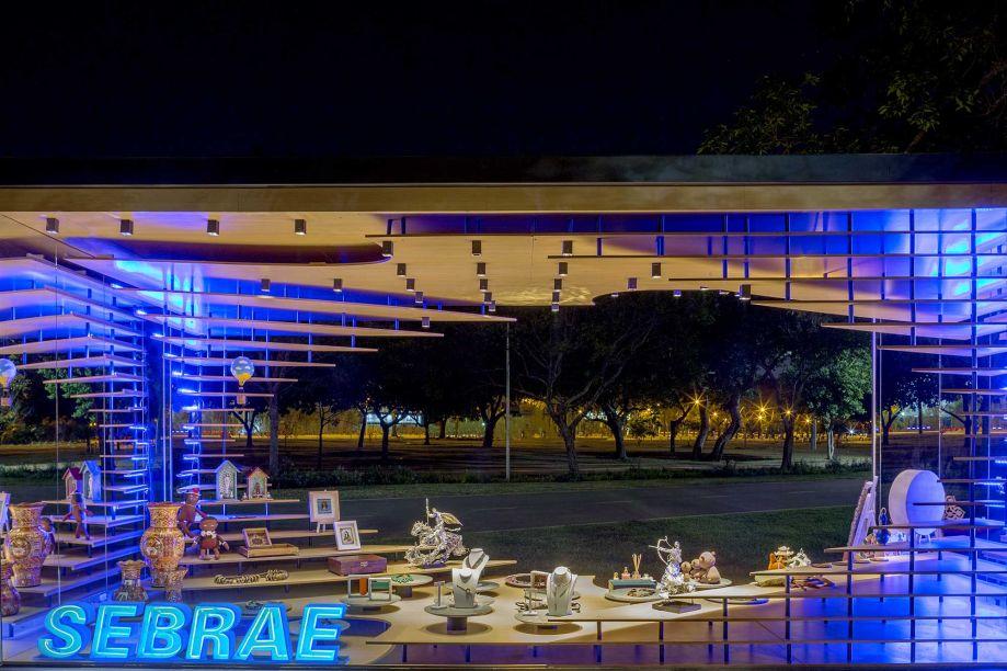Espaço Feito à Mão - Choque Arquitetura e Design. Natureza, inovação e tradição são os pilares deste espaço que possui estruturas paramétricas inspiradas no movimento do design essencialista Ross Lovegrove. O conceito partiu de modelos arquitetônicos que utilizam a paisagem como elemento estético.
