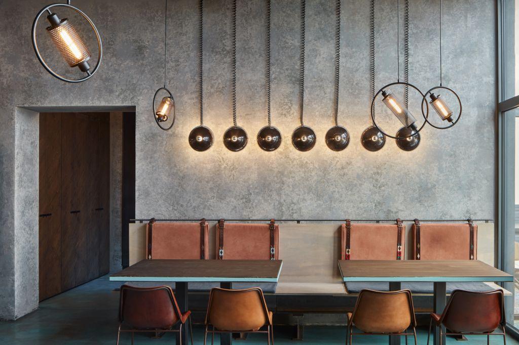 Formafatal assina restaurante industrial em prédio histórico de Praga
