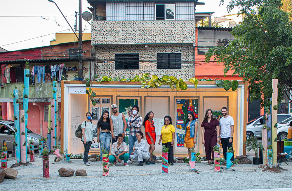 Artistas e arquitetos posam na frente da Galeria Fazendinhando