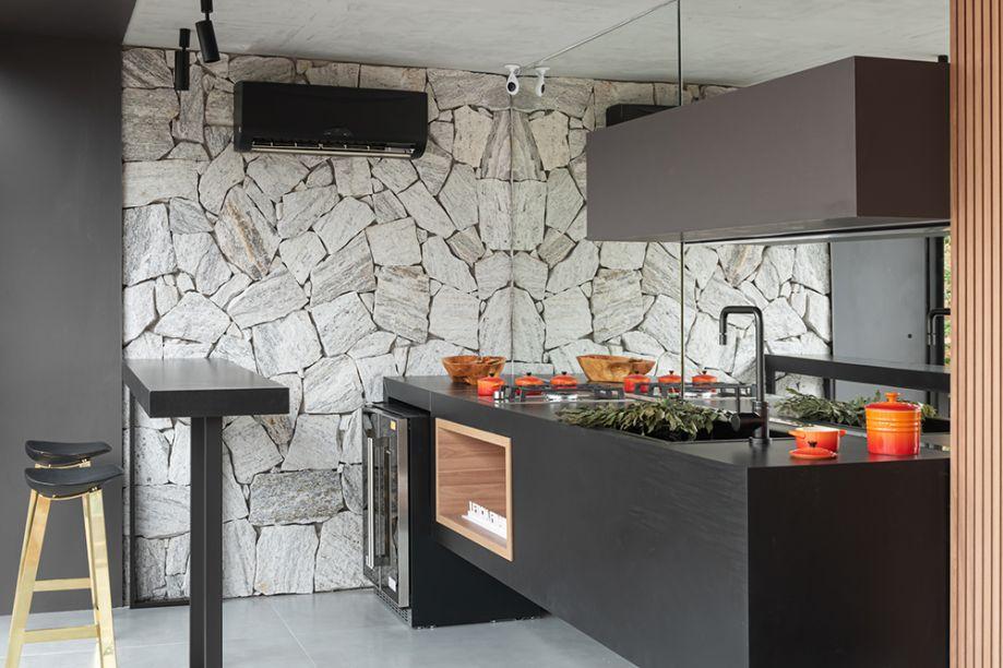 Janelas CASACOR Espírito Santo. Coração da Casa - Letícia Finamore. Na área gourmet, uma cozinha acolhedora e multifuncional recebe a Cuba de cozinha Dream, no sofisticado acabamento Estanho.