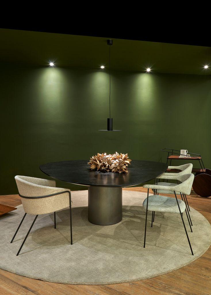 Mesa com três cadeiras e luminária