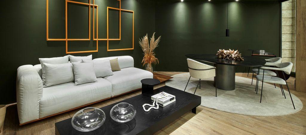 Living com sofá, mesa de centro e mesa de jantar com três cadeiras