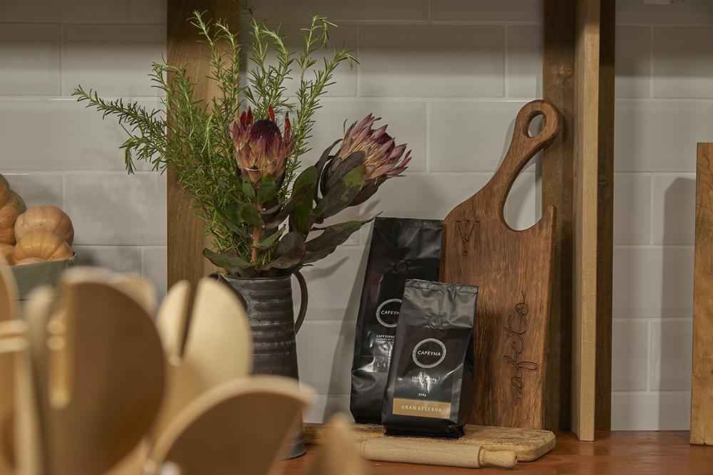 Detalhe de vaso de flor e utensílios de madeira