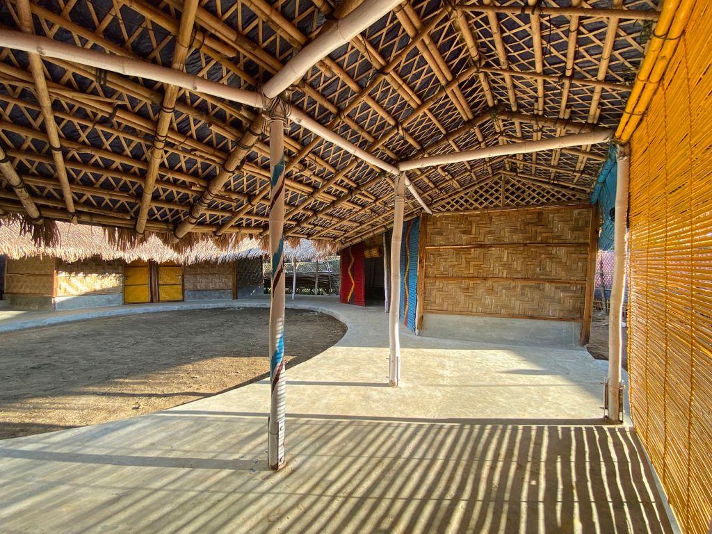 Vista interna do centro comunitário com ênfase nas ripas de bambu