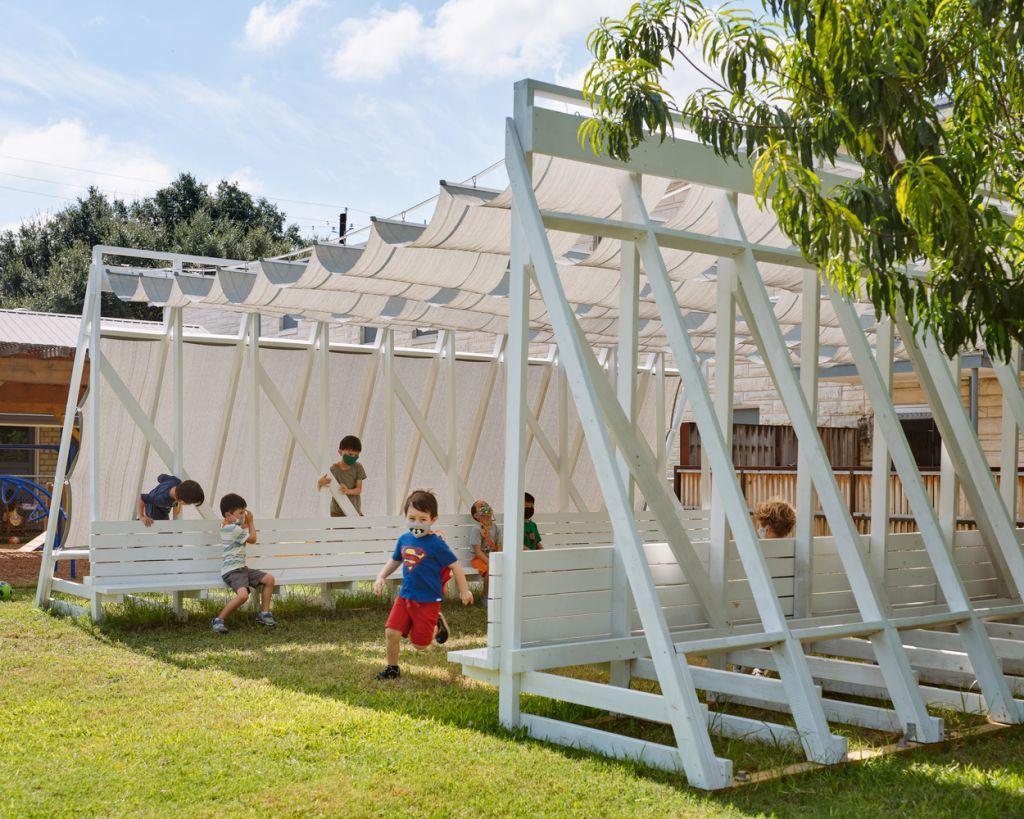 Vista lateral da sala com crianças brincando