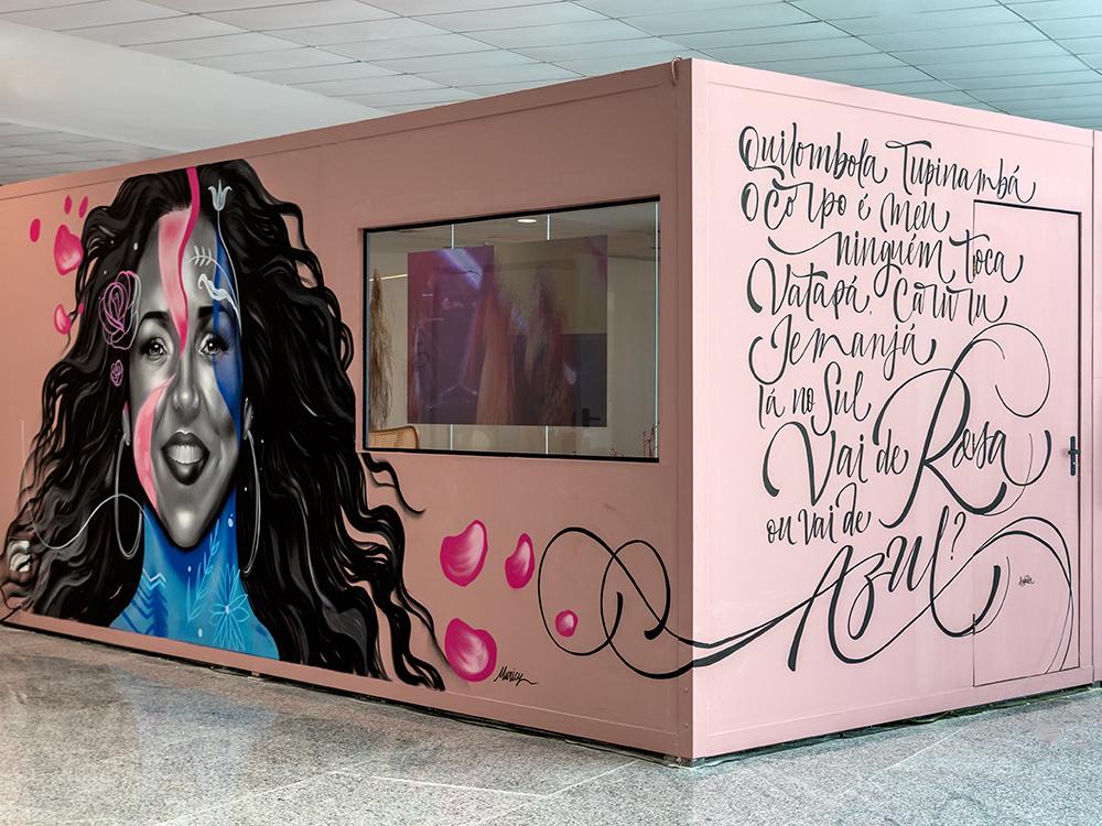 Fundos do contêiner em rosa com grafite de Daniela Mercury e letra de música na outra face