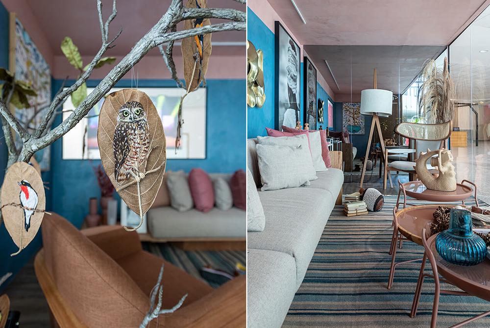 À esquerda, detalhe na folha de árvore decorativa bordada com uma coruja. À direita vista em ângulo do contêiner, com sofá branco e mesas de centro
