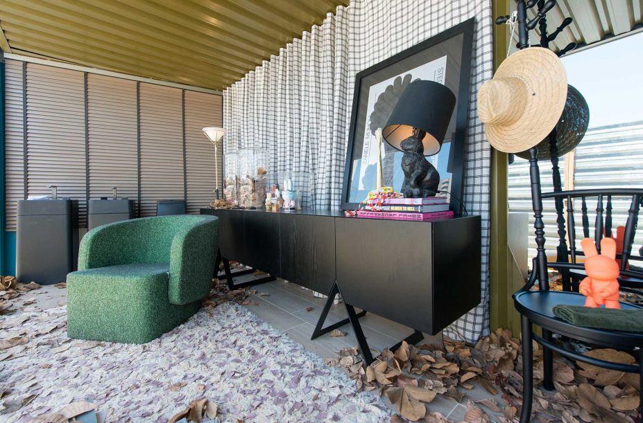 """Banheiro Deca - Erico Monteiro. Um espaço inspirado e criado na liberdade pessoal. O Banheiro DECA é livre de amarras sociais e, assim, torna-se um ambiente sem gênero. O projeto foi pensado para diferentes cenários; o importante é, acima de tudo, o conforto e a tranquilidade – tão marcantes e característicos que pode transformar o local em um """"banheiro office""""."""