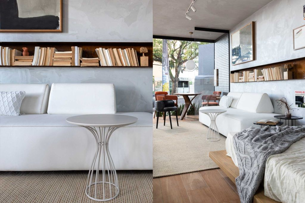 Imagem à esquerda do sofá branco com mesinha de apoio branca. Imagem do estar com parte da cama, sofá e mesa de trabalho
