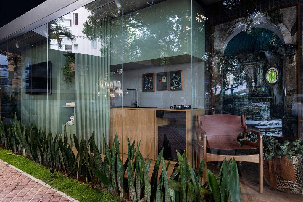 ângulo externo do contêiner, com a cozinha verde e televisão