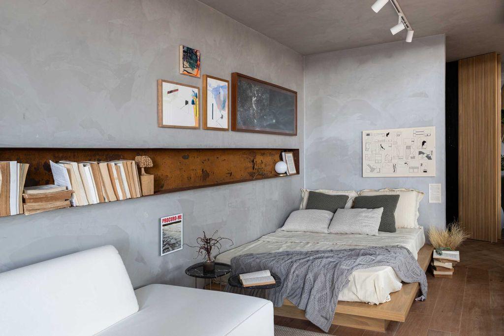 imagem da cama com a estante de livros embutida na parede à esquerda