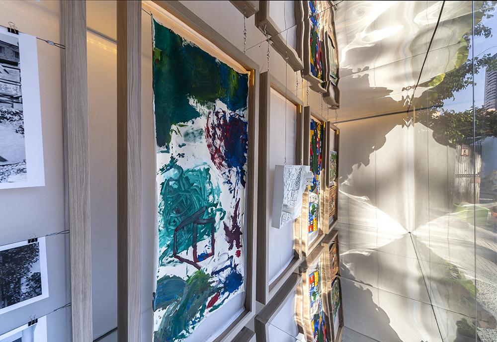Detalhe das obras de arte expostas em paineis suspensos
