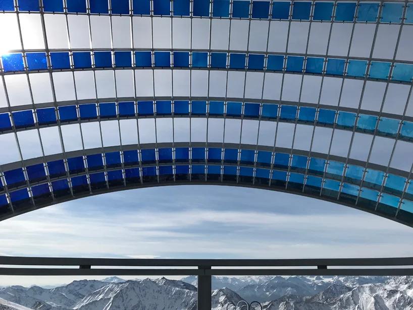 Detalhe do vidro azul que compõe a estrutura