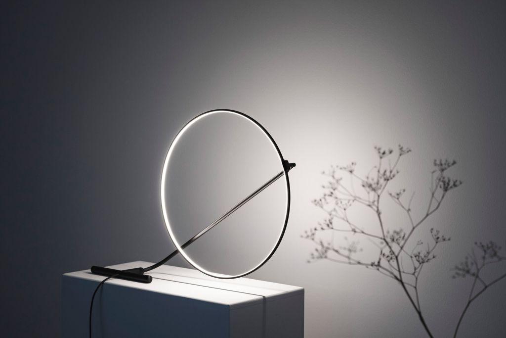 Poise é uma lâmpada giratória interativa assinada por Robert Dabi