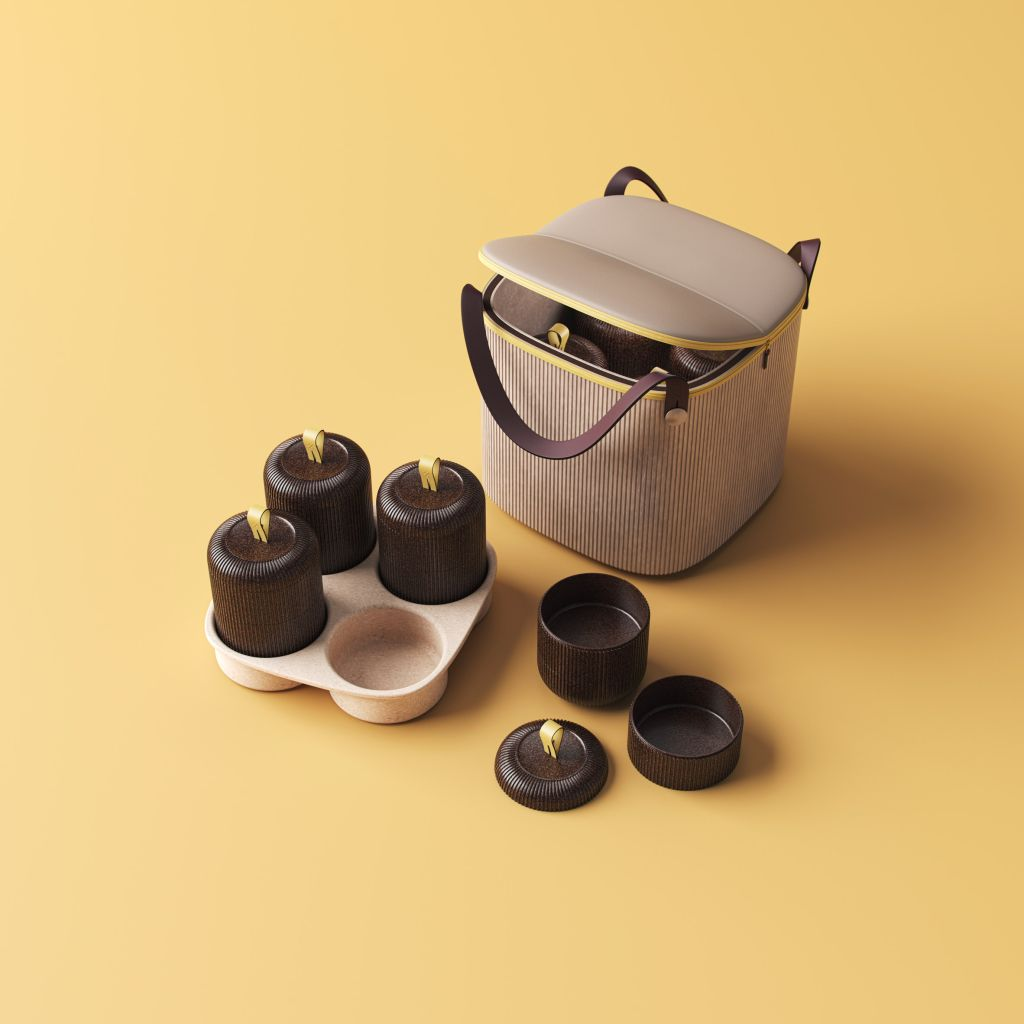 Sacola na cor bege, com alças, três potes pequenos marrons tampados encaixado em um porta-copos e um pote marrom aberto ao lado.