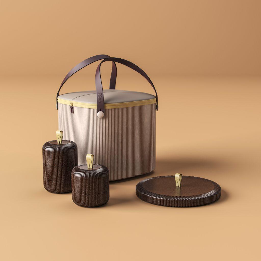 Sacola na cor bege, com alças, dois potes pequenos marrons tampados e uma tampa grande marrom.