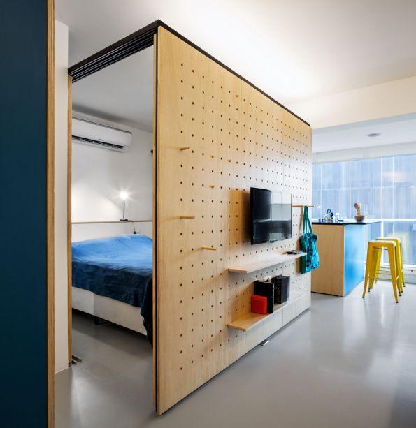 Apartamento na Consolação - Canoa Arquitetura. Uma única divisória de 2,10m de altura foi posicionada perpendicularmente à fachada para minimizar qualquer perda de iluminação e ventilação natural. Delimitam-se assim dois ambientes: dormitório e espaço para TV.