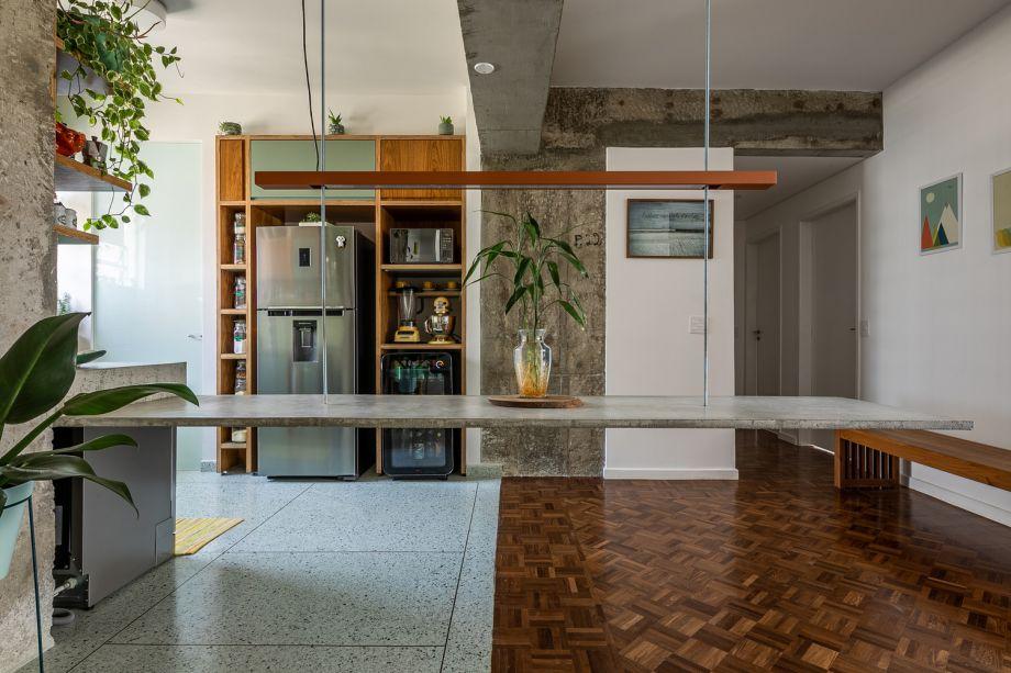 Apartamento em Higienópolis- Teresa Mascaro. A mesa que flutua e que vira tampo da cozinha.