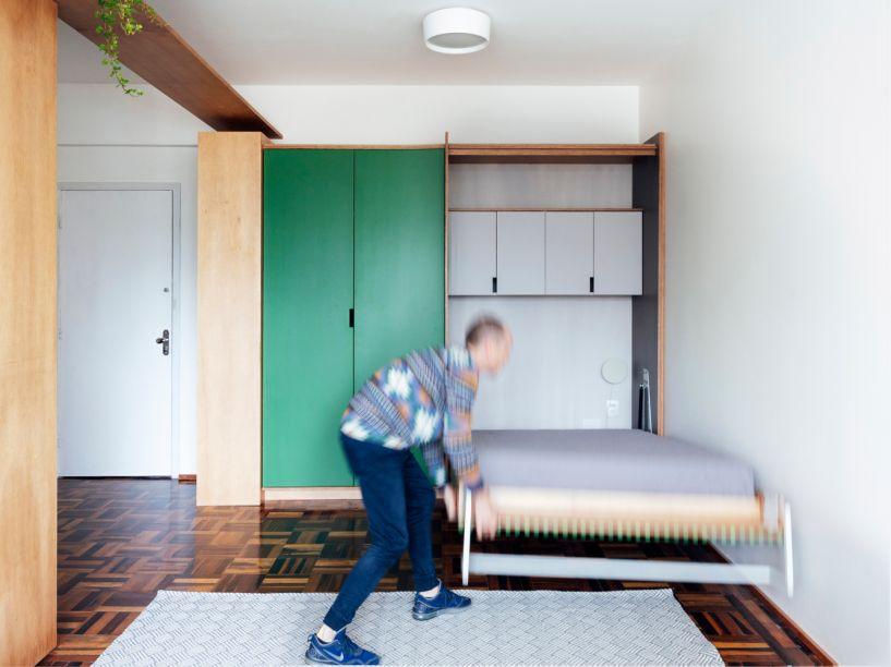 Apartamento na rua Andradas- OCRE Arquitetura. A famosa cama que sai do armário nunca sai de moda também. Prático e organizado. É ideal para ambientes com pouco espaço.