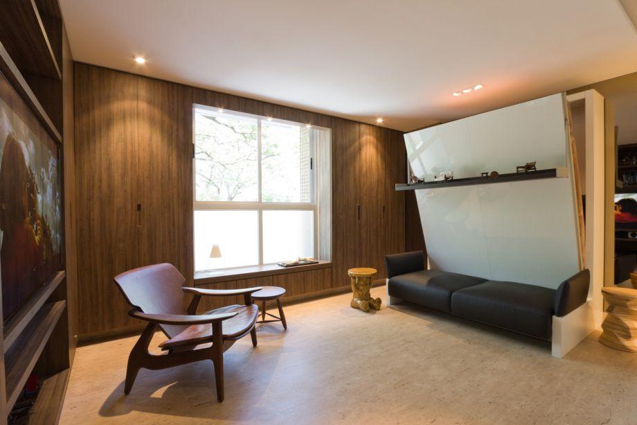 Studio Brasília 27- Fabio Cherman. A cama retrátil sobrepõe-se ao sofá e transforma o ambiente. Ondeantes haviam 27m2 de sala, agora existem 27m2 de quarto.