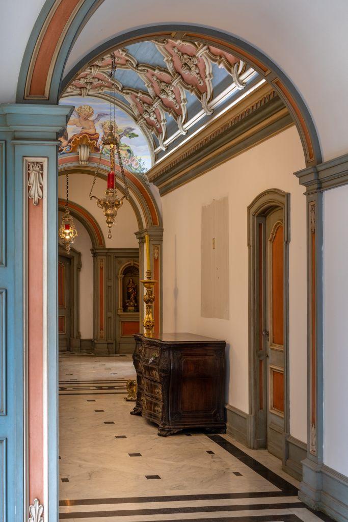 As arquitetas Catarina Gouvêa Vieira e Manu Cardim prometem poucas intervenções contemporâneas no lavabo com hall. O teto abobado, por exemplo, será mantido