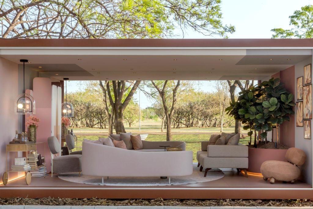 Sala de estar moderna, na cor bege e detalhes em rosa