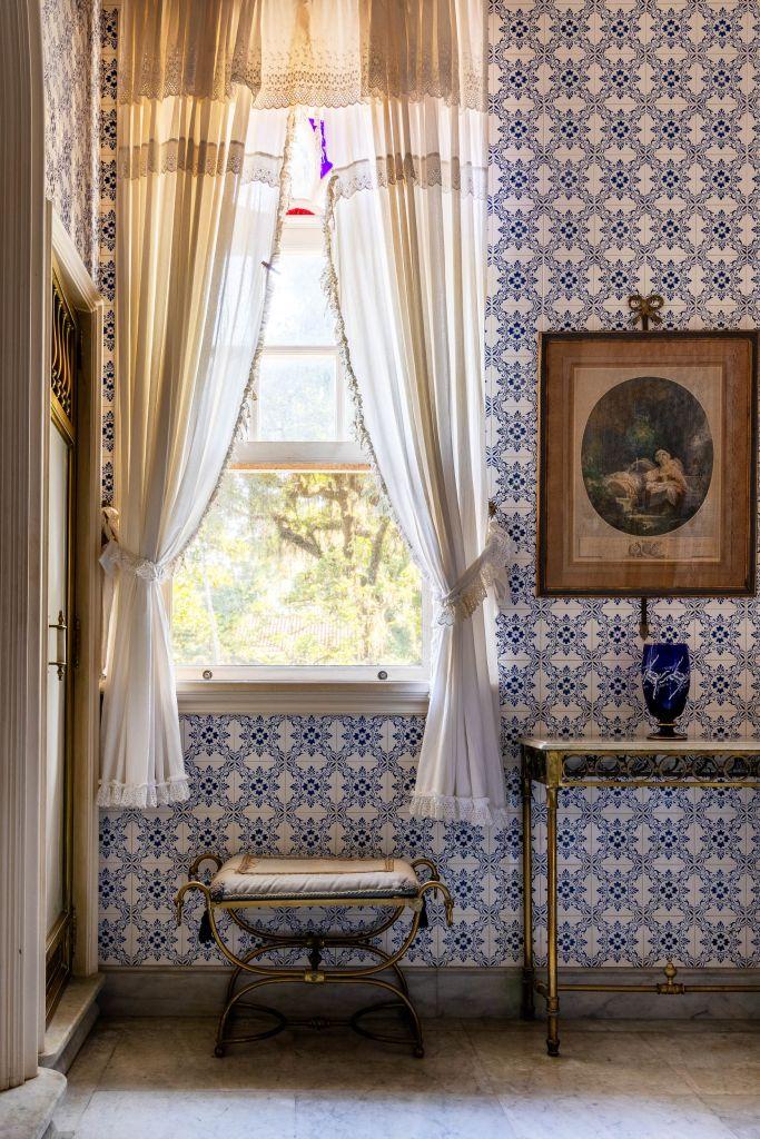 Banheiro da Suíte do Hóspede vai ganhar um mobiliário bem diferente, mas azulejos e armários (foto à direita), serão mantidos