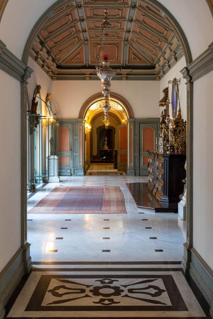Elementos como os pisos de mármore, rodapés, portais e vitrais estão sendo revitalizados e serão mantidos como no original pelo elenco CASACOR Rio