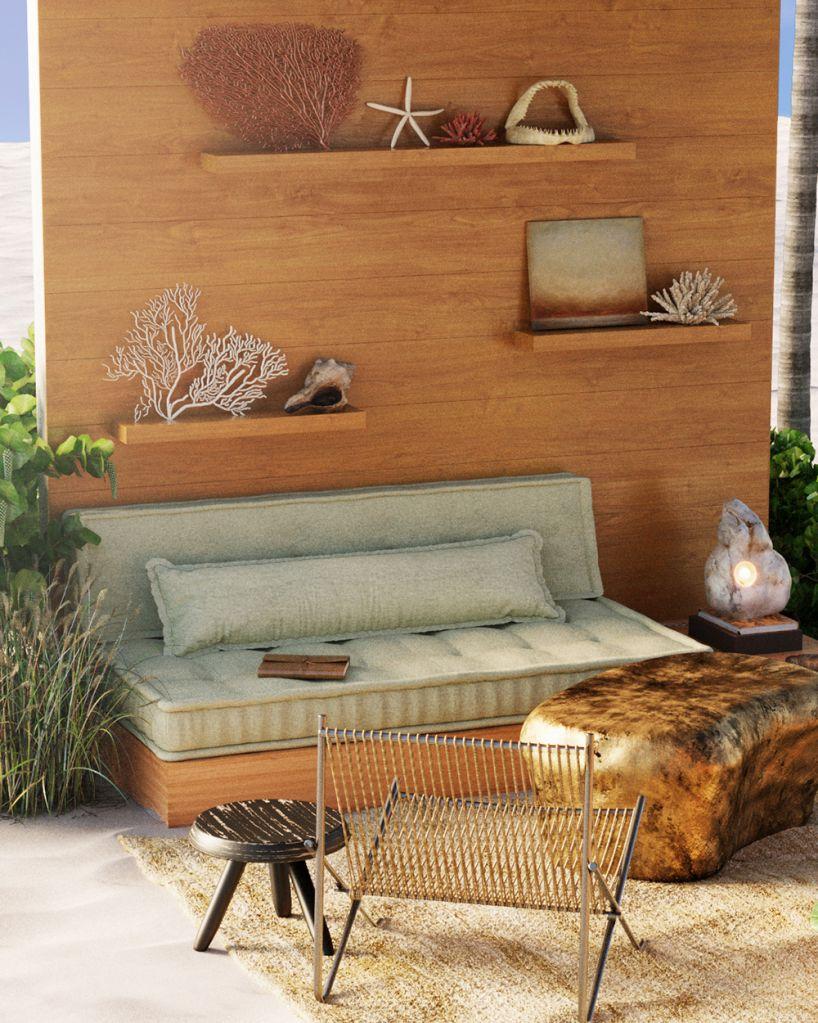 Sofá com almofadas verde claro. Parede em madeira. Corais, conchas e estrelas do mar nas prateleiras