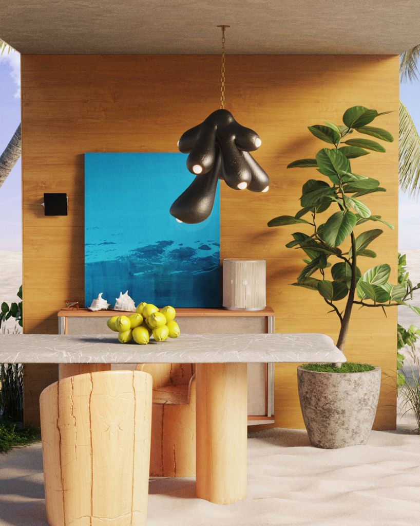 Mesa em pedra com cadeira em madeira. Quadro azul, planta ao lado. Luminária orgânica preta