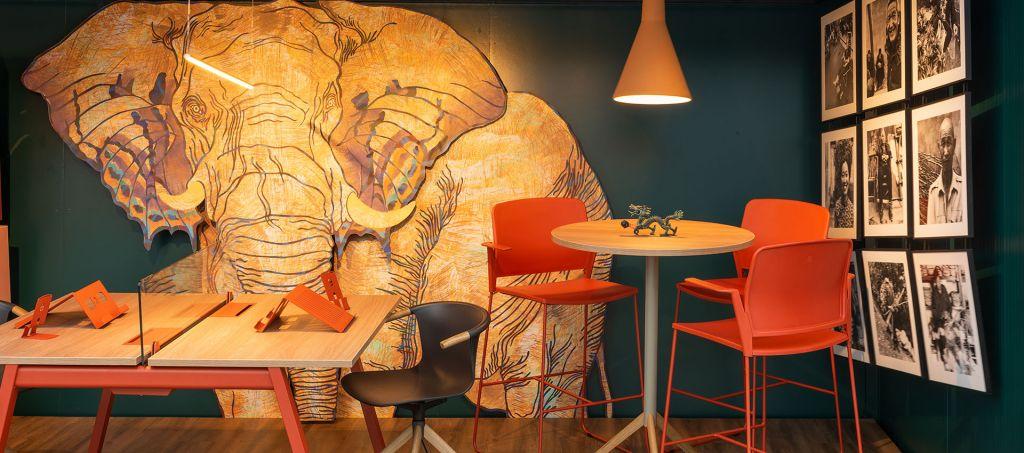 Detalhes do ambiente de Fernando Brandão para o Janelas CASACOR São Paulo. Destaque para as cores e o Elefante.