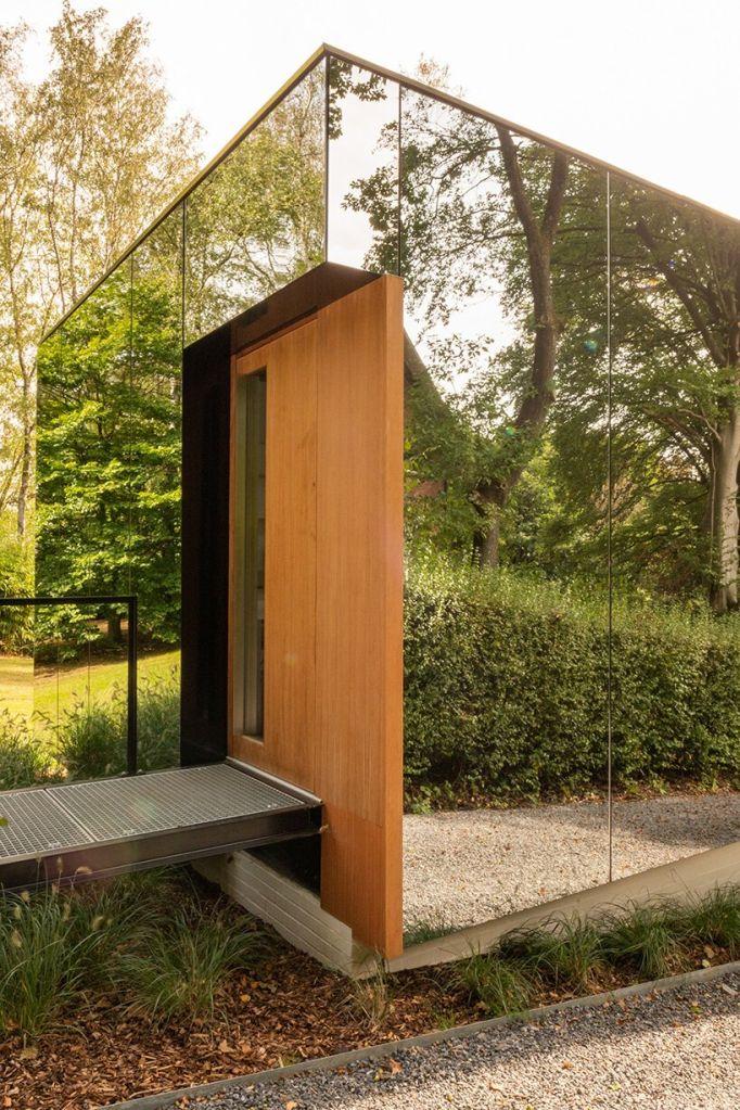 Porta de entrada de madeira do escritório da MIA Arquitetura