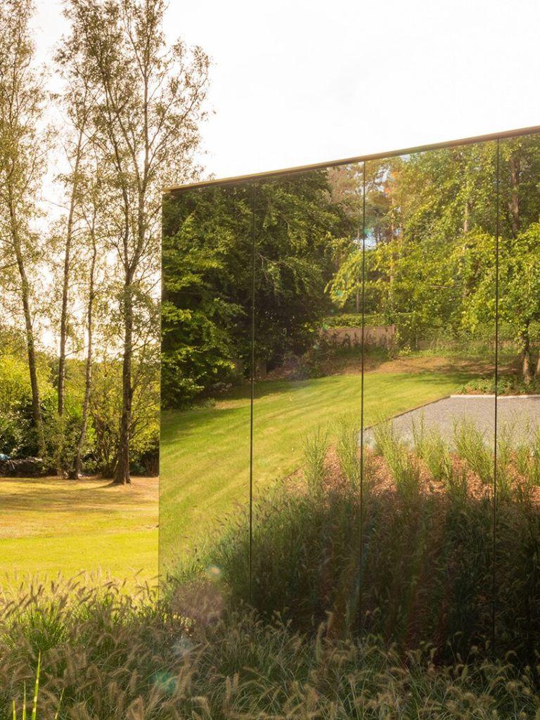 Visão de fora do escritório espelhado da MIA Arquitetura