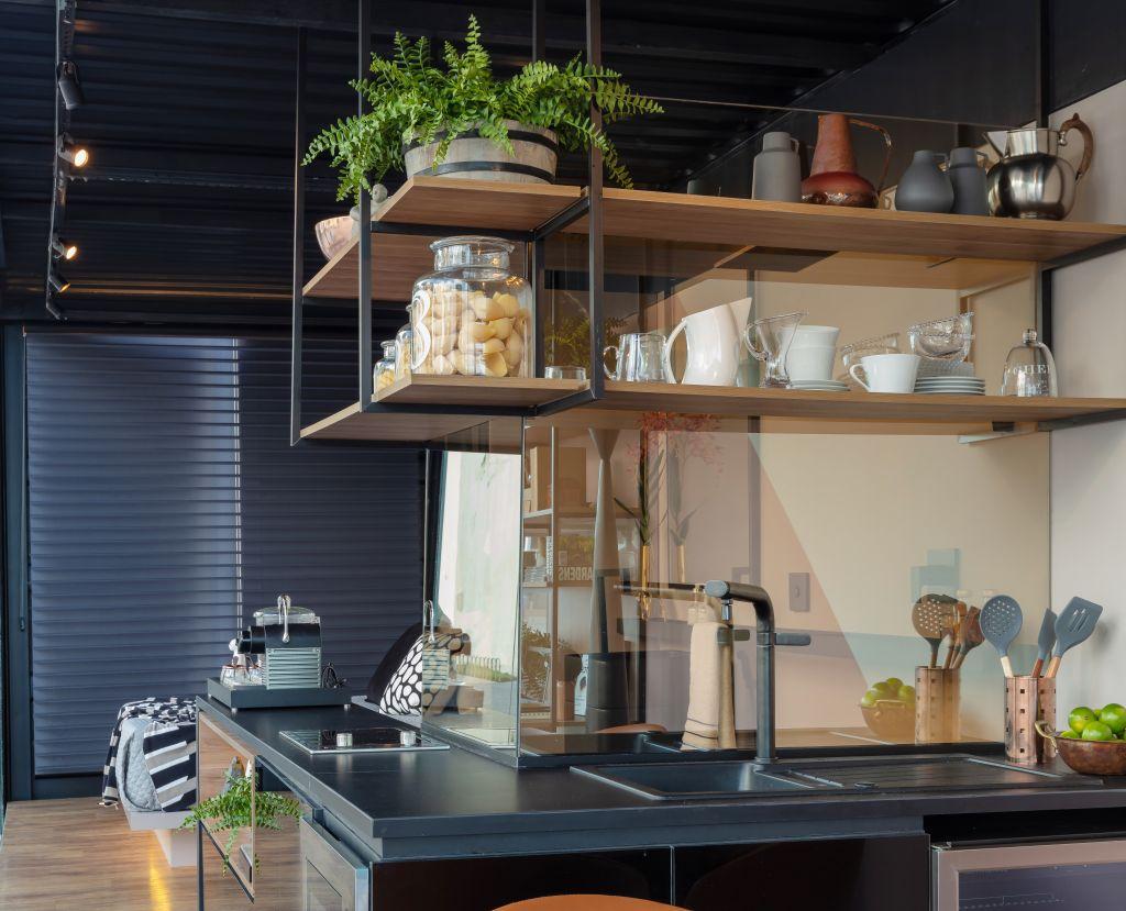 espaço da cozinha no ambiente de Nejaim Azevedo Arquitetos no Janelas CASACOR Pernambuco