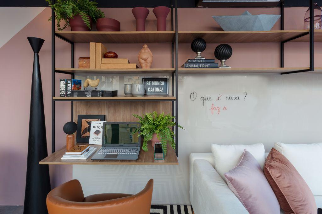 Espaço do Home Office + estante vazado no ambiente de Nejaim Azevedo Arquitetos no Janelas CASACOR Pernambuco