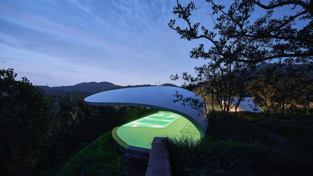 Imagem lateral da piscina iluminada