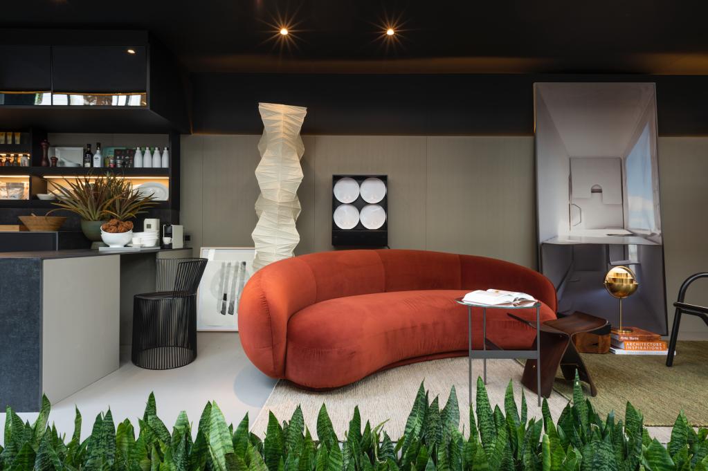 Sala de estar com sofá vermelho