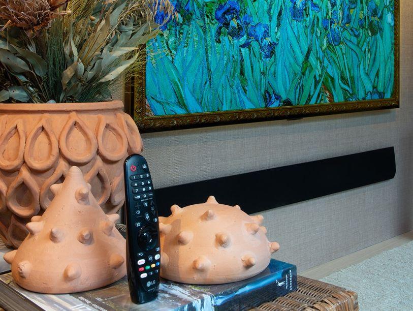 LG Sound Bar GX. Com design minimalista e potência máxima, a barra de som da LG maximiza a experiência de visualização e audição dos conteúdos. O áudio de alta resolução com taxas de amostragem de 96 kHz e profundidade de 24 bits contribui para um som mais preciso e uma experiência sonora mais agradável, seja para música ou para filmes.