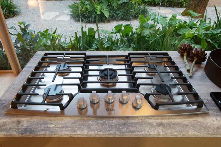 Cooktop LG Studio. Também pertencente à linha LG Studio, o cooktop possui acabamento em aço inoxidável com 5 queimadores selados, sendo o central com potência para cozimentos robustos, atingindo 19000 BTU de capacidade.