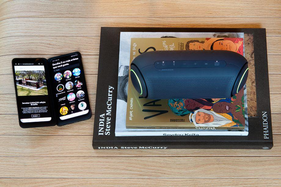 LG XBOOM Go PL7. O design compacto com acabamento emborrachado da caixa de som é moderno e confortável nas mãos de quem está carregando. O equipamento conta com tecnologia Meridian e oferece um áudio de qualidade premium: graves mais intensos, vocais mais nítidos e luzes coloridas que acompanham a batida.