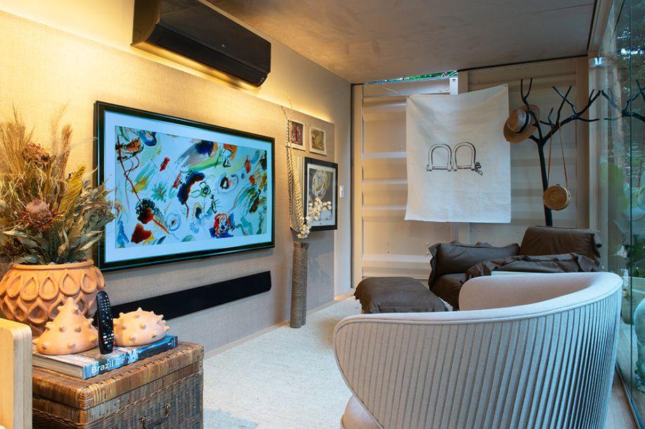 """TV OLED 65"""" HDR. Diferentemente das outras TVs, os pixels da LG OLED se auto iluminam. Isso permite que as telas entreguem o preto puro que realça as cores das imagens, além de um design sofisticado e painéis extremamente finos, tela com 200 milimetros de espessura, já com os fios acoplados, extremamente rente a parede. Seu design elegante faz com que ela se pareça uma obra de arte."""