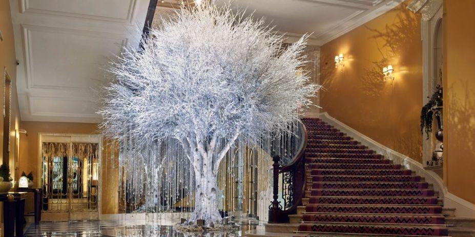 A árvore pouco convencional do hotel Claridge chama atenção pela luxuosidade